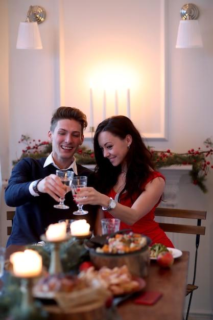 Koppel bij het kerstdiner Gratis Foto