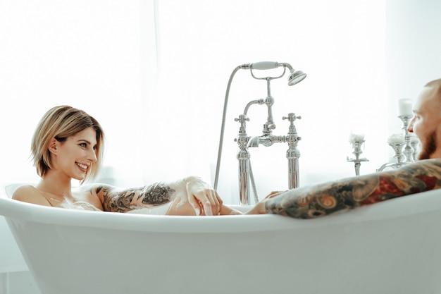 Koppel in een badkuip Gratis Foto