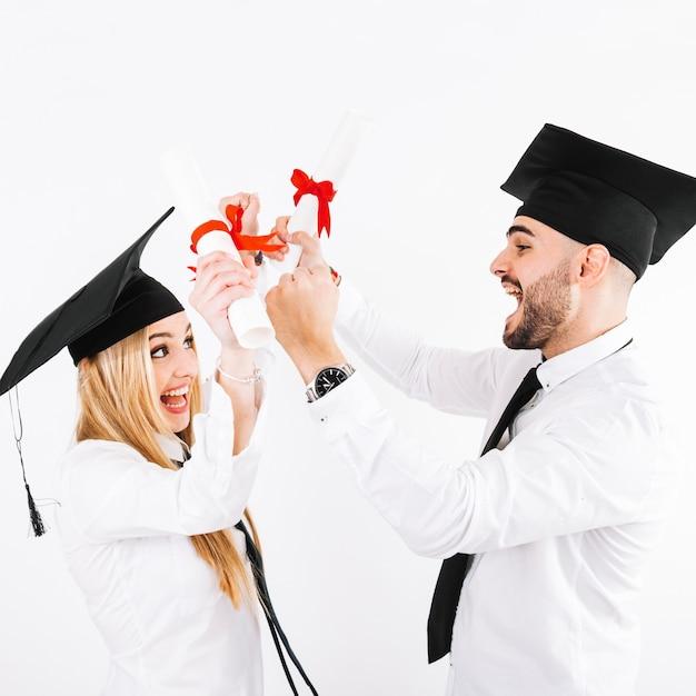 Koppel met diploma's plezier Gratis Foto