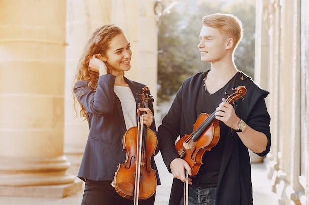 Koppel met een viool Gratis Foto