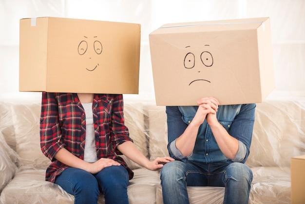 Koppel met kartonnen dozen op hun hoofd. Premium Foto