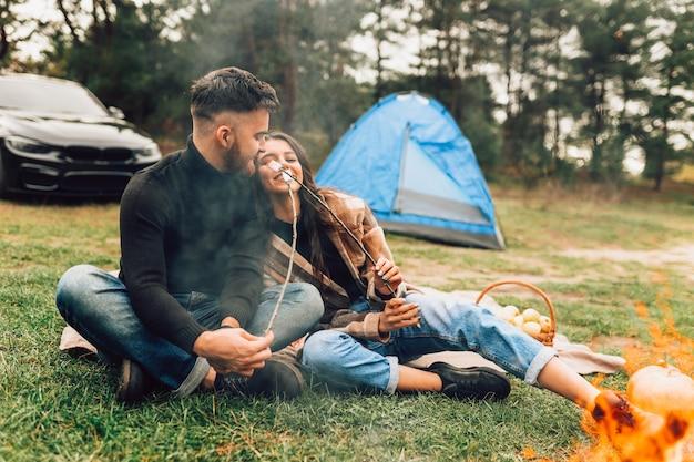 Koppel met marshmallows roosteren Premium Foto