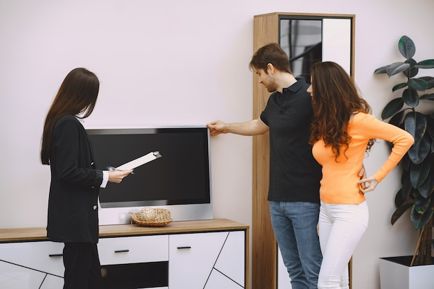 Koppel met verkoper in meubelwinkel Gratis Foto