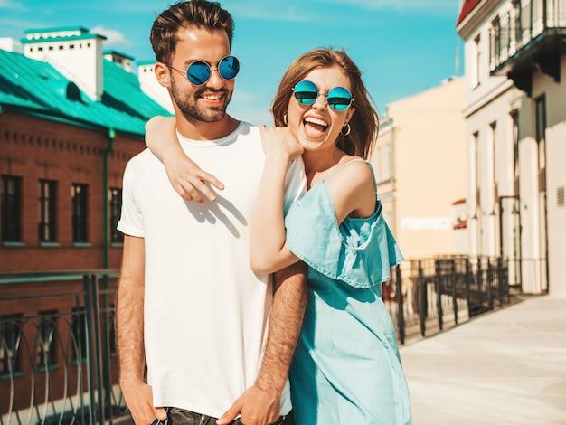 Koppel met zonnebril poseren in de straat Gratis Foto