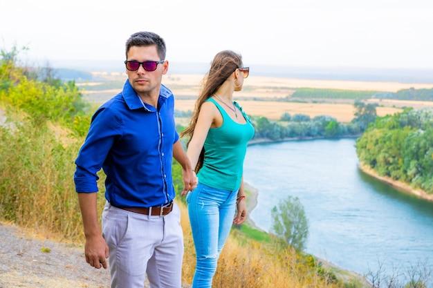 Koppel op de rivier hand in hand Premium Foto