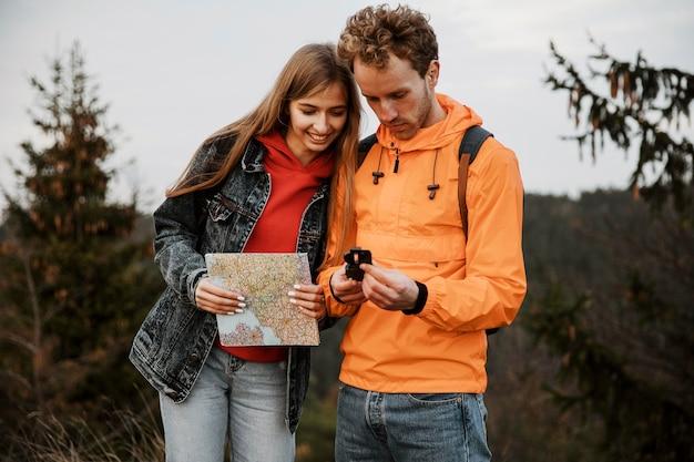 Koppel op een roadtrip samen met kompas en kaart Gratis Foto