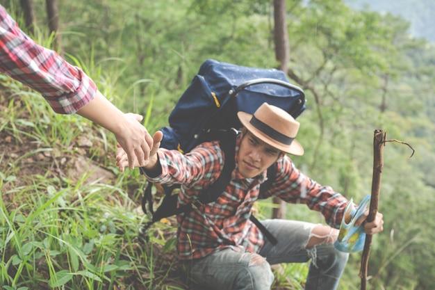 Koppel op een trekking dag in tropisch bos samen met rugzakken in het bos, avontuur, reizen, toerisme, wandeling. Gratis Foto