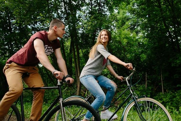 Koppel op fietsen. jong gelukkig paar fietsen in de open lucht. Gratis Foto