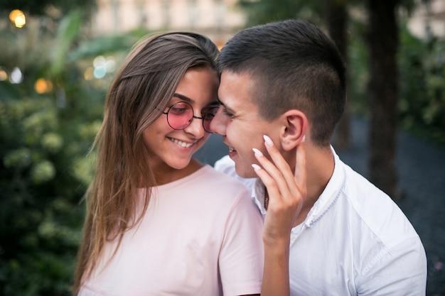 Koppel op huwelijksreis Gratis Foto