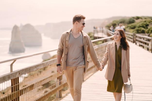 Koppel op vakantie wlking op een brug Gratis Foto