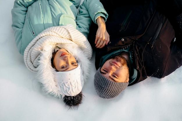 Koppel samen buiten in de winter Gratis Foto