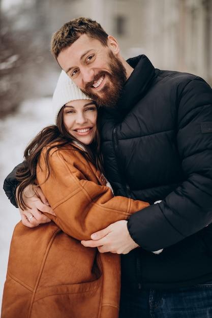 Koppel samen in de winter buiten de straat Gratis Foto