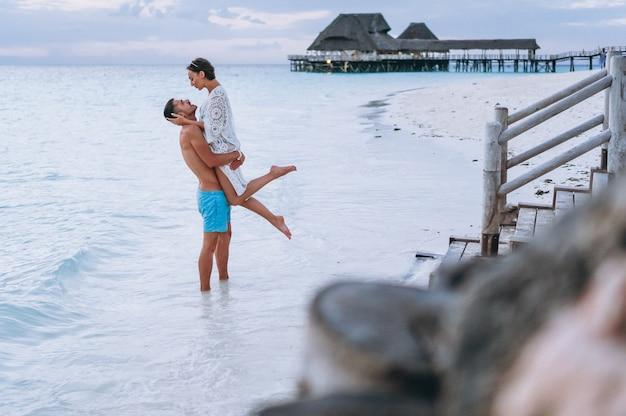 Koppel samen op vakantie aan zee Gratis Foto