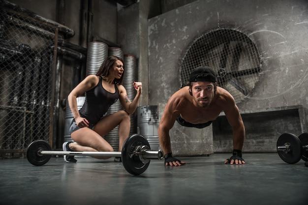 Koppel training in een sportschool Premium Foto