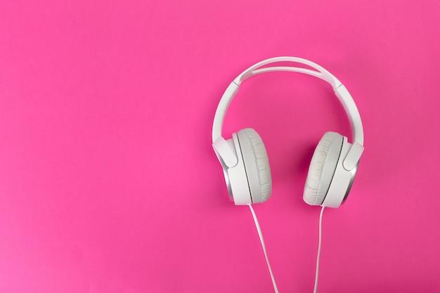Koptelefoon op roze Premium Foto