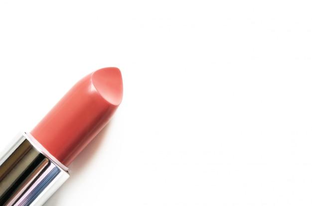 Koraallippenstift op wit wordt geïsoleerd dat. Premium Foto