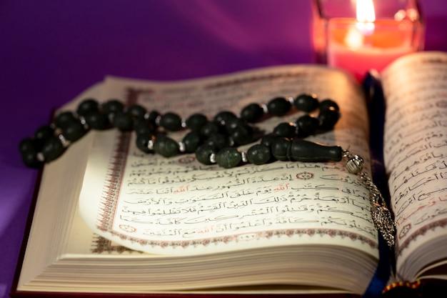 Koran dichtbij bekijken met masbaha Gratis Foto