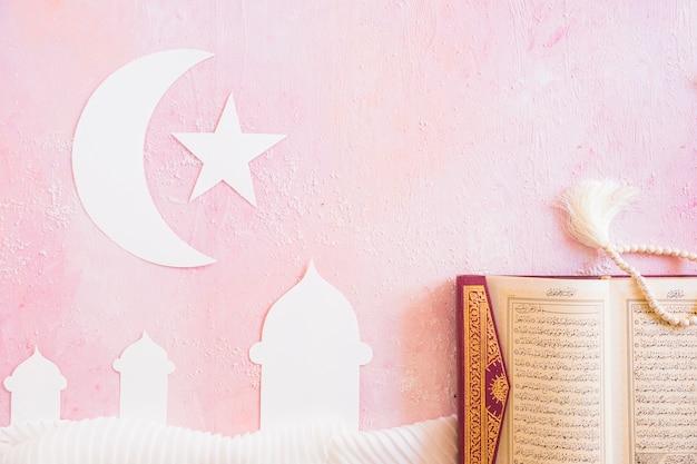 Koran en papieren islamitische symbolen Gratis Foto