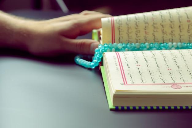 Koran - heilig boek van moslims Premium Foto
