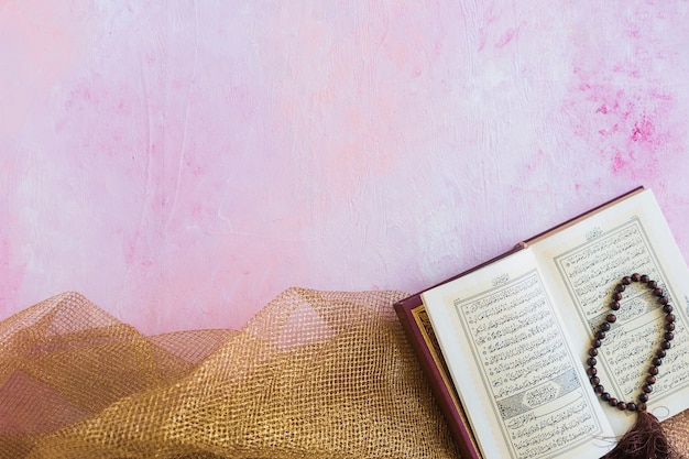 Koran met kralen op tafellaken Gratis Foto