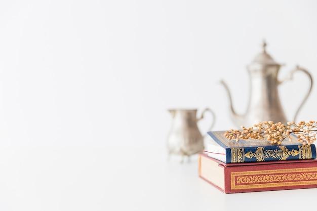 Koran met tak en thee gebruiksvoorwerp Gratis Foto