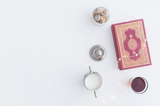 Koran met thee en guirlande Gratis Foto