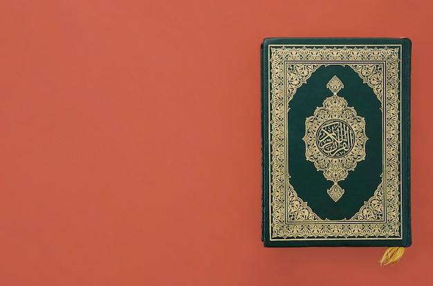 Koran op een eenvoudige bordeauxrode achtergrond Gratis Foto