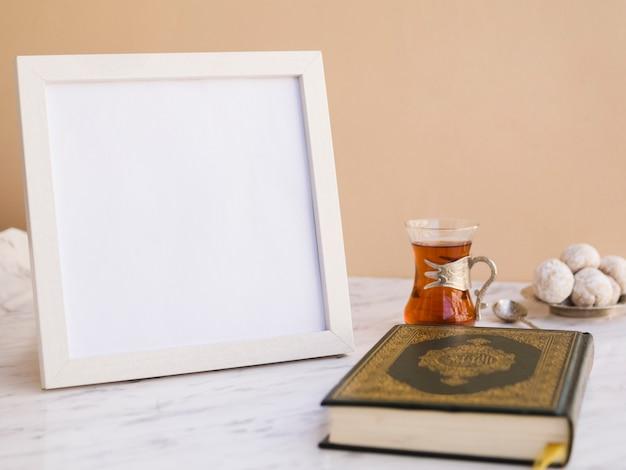 Koran op tafel met fotolijst Gratis Foto