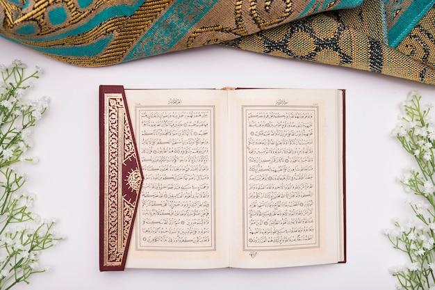 Koran opende op tafel Premium Foto