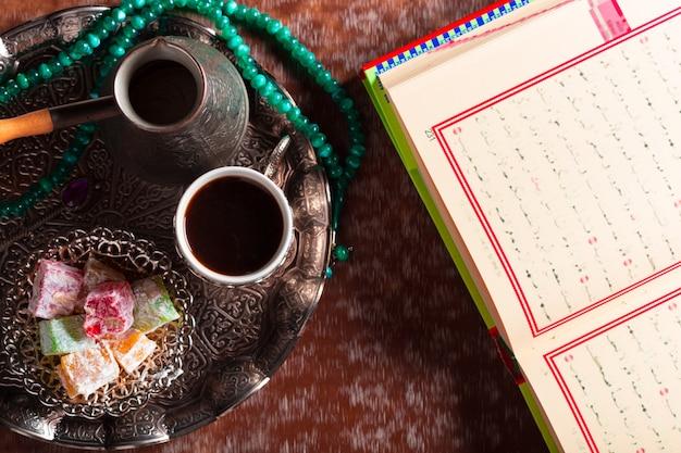 Koran, thee en turks fruit Premium Foto