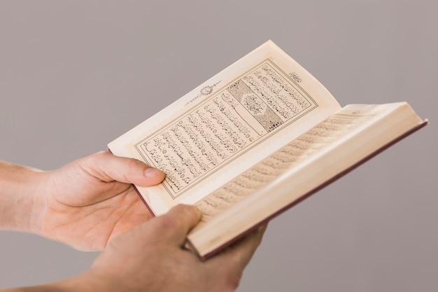 Koran wordt gehouden in handen close-up Gratis Foto