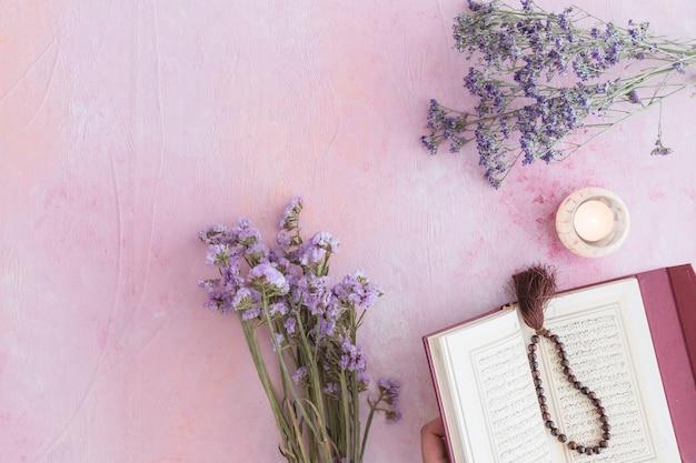Koranboek met paarse bloemen Gratis Foto