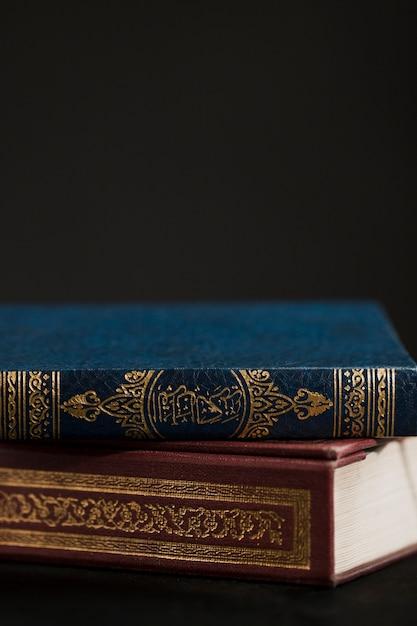 Koranboek op tafel met kopie-ruimte Premium Foto