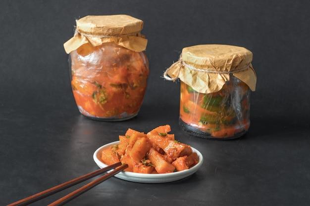 Korea kimchi pompoen augurken op een zwarte tafel. Premium Foto