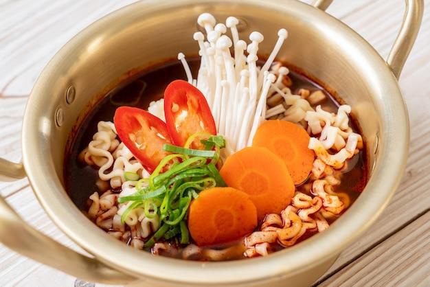 Koreaanse instant noedels in gouden pot Premium Foto