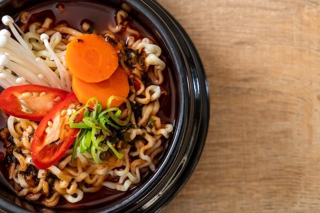 Koreaanse instant noedels in zwarte kom Premium Foto