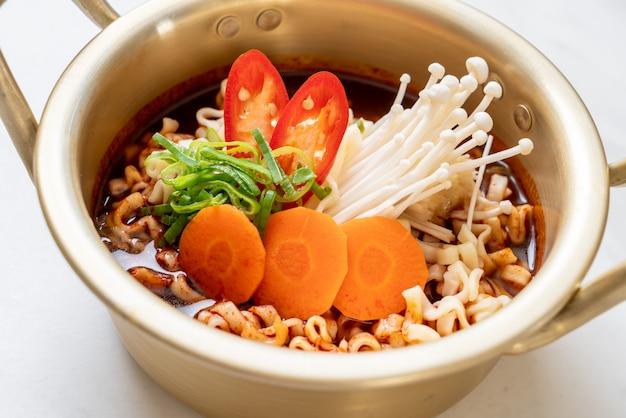 Koreaanse instantnoedels in gouden pot Premium Foto