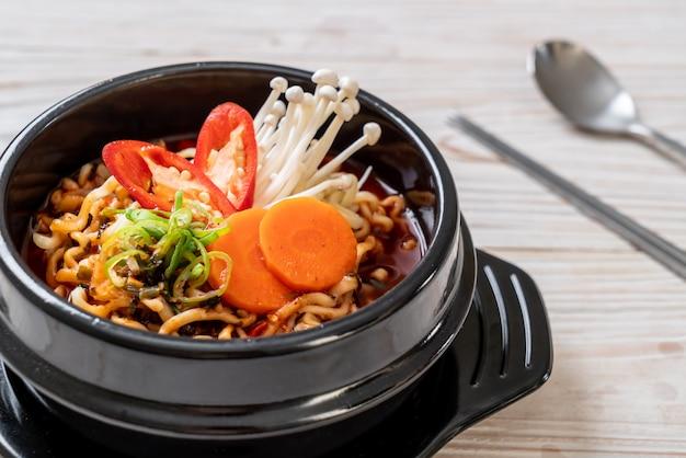 Koreaanse instantnoedels in zwarte kom Premium Foto