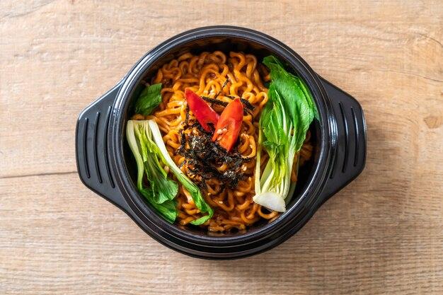 Koreaanse instantnoedels met groente en kimchi Premium Foto