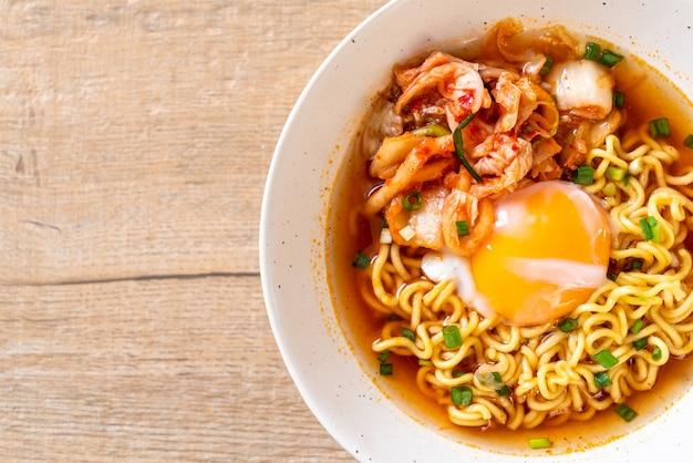 Koreaanse instantnoedels met kimchi en ei Premium Foto