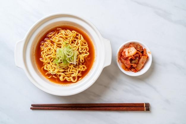 Koreaanse pittige instantnoedels met kimchi Premium Foto