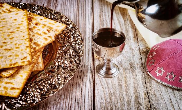 Kosher kiddush, matza en kippa op houten oppervlak Premium Foto