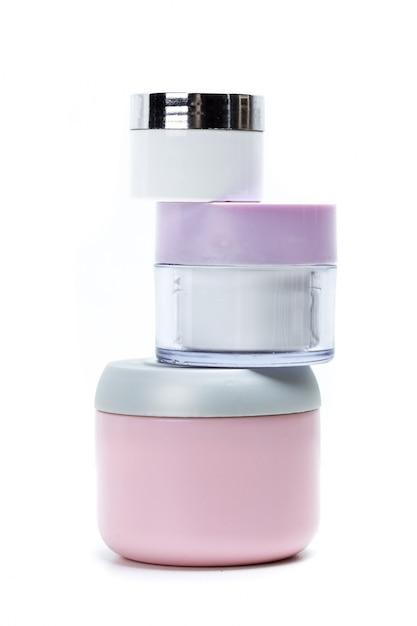 Kosmetische containers die op wit worden geïsoleerd Premium Foto