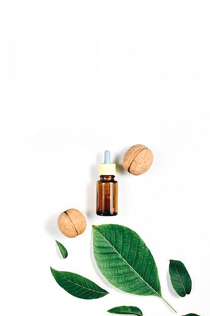 Kosmetische en medicinale olie van walnoot op wit Premium Foto