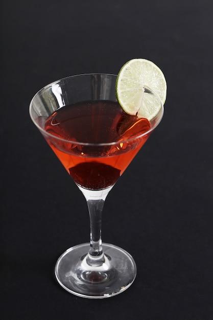 Kosmopolitische cocktail met schijfje citroen Gratis Foto