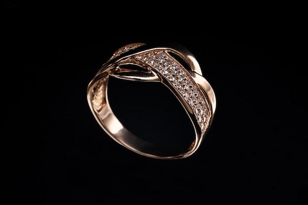 Kostbare gouden ring met stenen en reflectie op glas Premium Foto