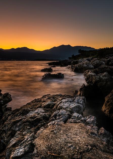 Kotor bay met bergen in de verte bij zonsondergang in montenegro Gratis Foto