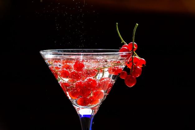 Koud rode cocktail met rode aalbes Premium Foto