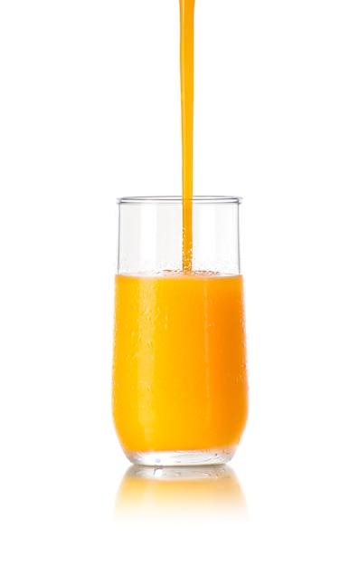 Koud sap in een glas gieten Premium Foto
