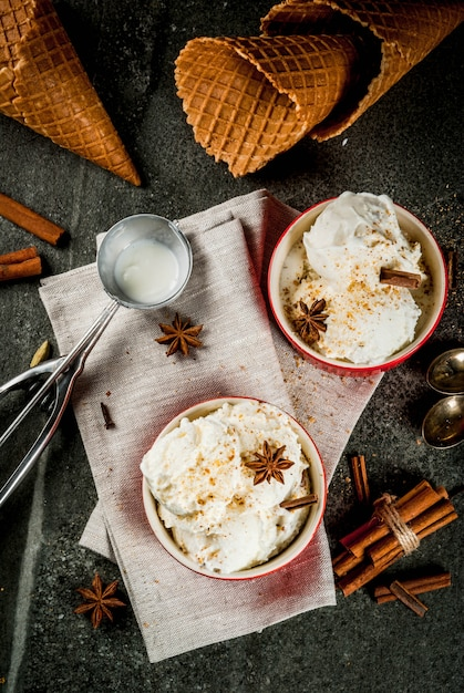 Koud zelfgemaakt eierpunchijs met kaneel en anijs Premium Foto